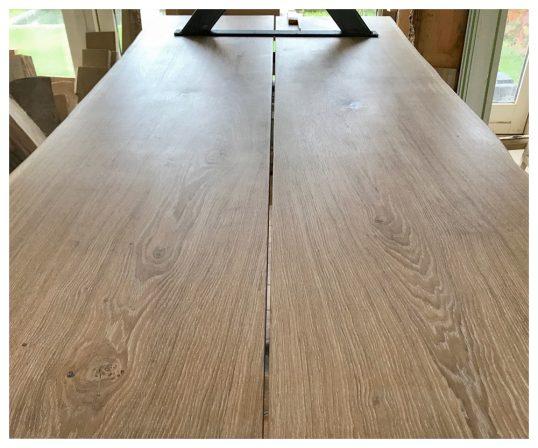 plankebord nedefra med ben